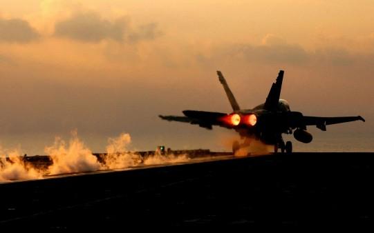 Avión F18 despegando de un portaviones